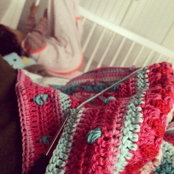 Terwijl onze kleine meid enorm haar best doet om in slaap te vallen haak ik maar weer een aantal toertjes aan m'n deken . #CAL2014 #crochet #crochetblanket #haken #hakeniship #dekenhaken #peuter by dewikoomen