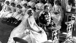 Das Brautpaar Fürst Rainier III. von Monaco und die US-amerikanische Schauspielerin Grace Kelly heiraten 1956 in der Kathedrale von Monaco. © dpa - Fotoreport Fotograf: UPI