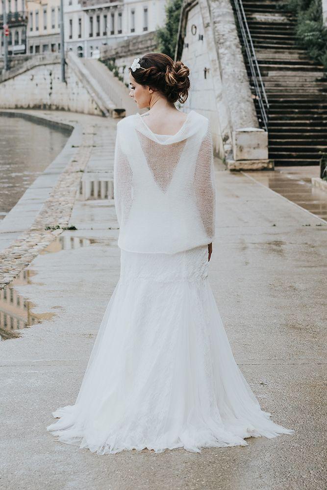 Modèle Paige : snood mariée, tricot en mohair fabriqué en France pour les mariages d'hiver. Confection du pull à la commande dans la boutique lyonnaise. Créatrice robes de mariée sur mesure à lyon et accessoire de mariage tricoté