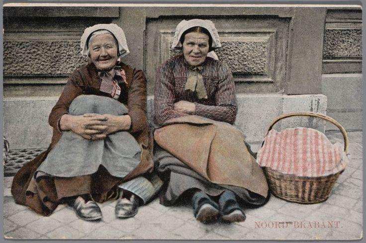 's-Hertogenbosch; Station 1870. Twee brabantse boerinnen met hun koopwaar wachtend bij het station. kaart na 1905 #NoordBrabant #DenBosch