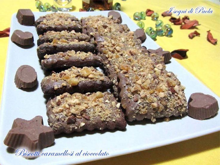 Biscotti al cacao ricoperti da buon cioccolato al latte e tanta granella di mandorle caramellata, un connubio di dolcezze da gustare lentamente: se ne rimangono…