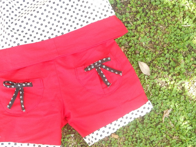 pantaloncini rossi con bordino a contrasto e fiocchetti sulle tasche by la tartaruga crea, via Flickr
