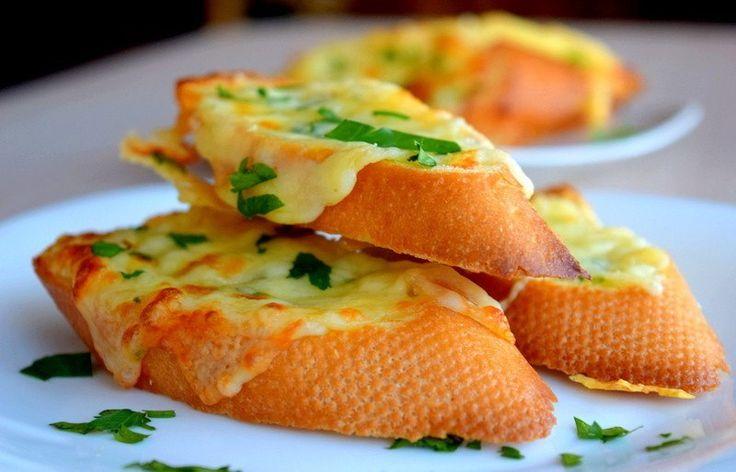 Бутерброды с чесноком и сыром.  Хрустящие кусочки багета смазанные ароматным сливочным маслом (с чесноком и петрушкой), посыпанные сыром и запеченные в духовке.  Ингредиенты 1 шт. хлеб (багет, 300 гр.) 150 гр. сыр (твердый) 70 гр. сливочное масло (размягченное) 1 зубчик чеснок 2-3 веточки петрушка по вкусу соль  1. Петрушку мелко нарезаем, чеснок пропускаем через пресс. Выкладываем подготовленные чеснок с петрушкой в размягченное масло, немного солим и перемешиваем. Половину петрушки…