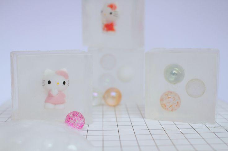 Nörgelfreies Hände waschen im Nullkommanix? Kein Problem mit diesen selbst gemachten Seifen für Kinder mit Spielüberraschung. Die Anleitung gibt's auf dem Blog.