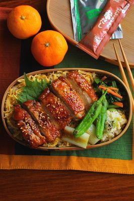 白米 鶏もも肉のきじ焼き 錦糸卵 小松菜と人参の山葵醤油和え 銀杏入りポテトサラダ 焼き白葱 焼きしし唐