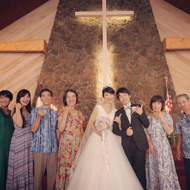 #Hawaii カメラマンにとって 町の教会での結婚式一番のメリットは 式後にゆーーっくりと写真タイムがある事。 バタバタアセアセしなくていいから嬉しい、、 だから家族写真も何パターンでも撮影できる。 あと、 何か、 ハワイで家族写真撮ると何故かみなさんファンキーなご家族さんに見えてしまう! のは、何故でしょう。 笑 #結婚写真 #花嫁 #プレ花嫁 #結婚 #結婚式 #結婚準備 #婚約 #カメラマン #プロポーズ #前撮り #ロケーション前撮り #写真家 #ブライダル #ウェディングドレス #ウェディングフォト #記念写真 #ウェディング #IGersJP #weddingphoto #wedding #instagramjapan #weddingphotography #instawedding #bridal #ig_wedding #bride #bumpdesign #バンプデザイン
