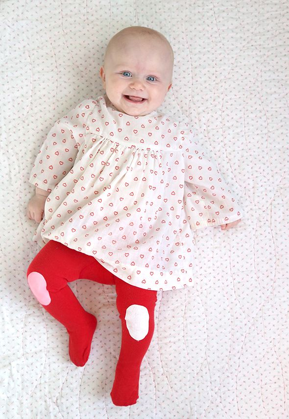 DIY knee patch tights from Say Yes blog. Adorable handmade baby gift.