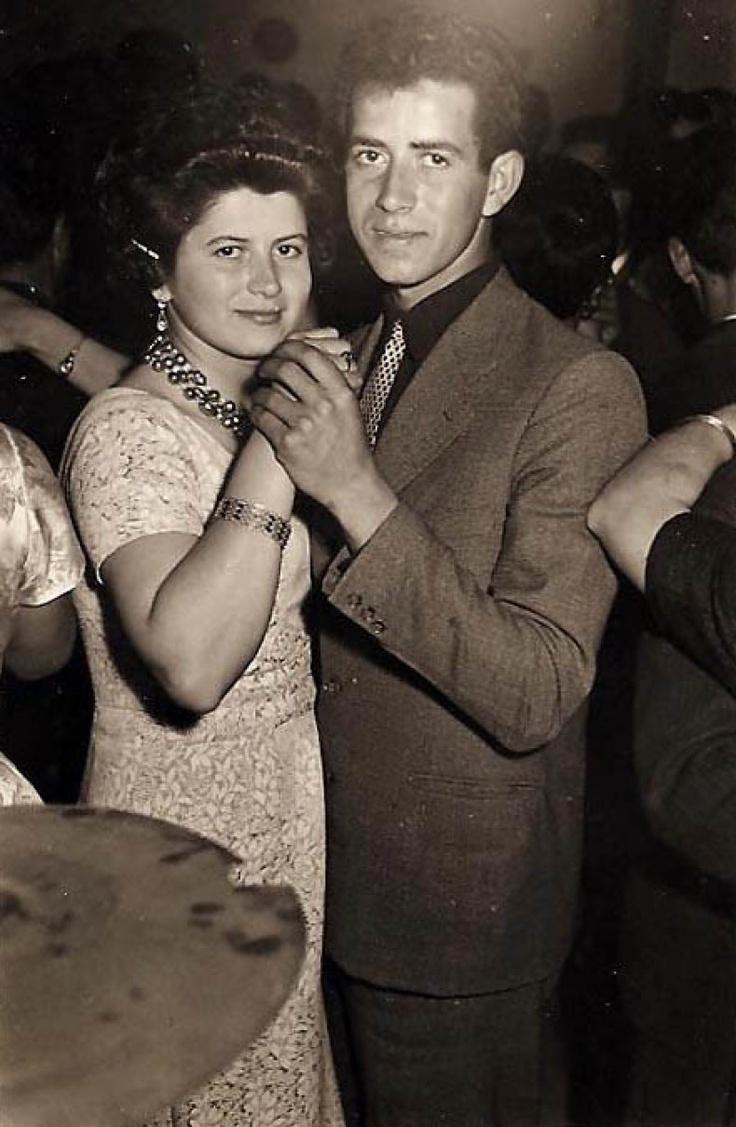 Οι Αρχάνες - RETRONAUT - LiFO    Μαρία Γριβάκη - Μανώλης Γριβάκης , 1956. Σε αποκριάτικο χορό στις Αρχάνες στο κέντρο ΦΩΛΙΑ. Μια ανύπανδρη κοπέλα θα έπερεπε εκέινη την εποχή να χορέψει σε νυχτερινό κέντρο μόνο με την συνοδεία του αδλφού ή του πατέρα της ...