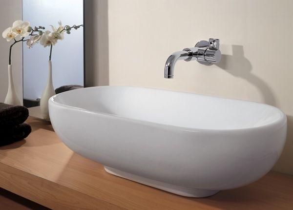 Rubinetto lavabo bianco nel bagno u foto stock tankist