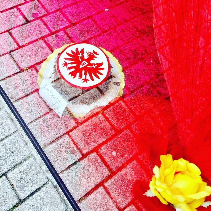 Nur die SGE - Eintracht Frankfurt Torte bei der Konditorei Eube in Frankfurt Bockenheim. Photo:  Jürgen Schreiter  http://www.JuergenSchreiter.com #frankfurt #adler #eintrachtfrankfurt #sge #eube #torte #schreiter #reflexion #kuchen #konditorei