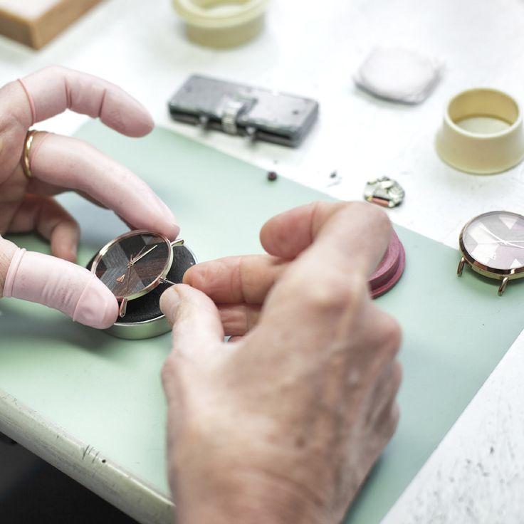 L'assemblage de la montres est précis et réalisé à Morteau par notre horloger