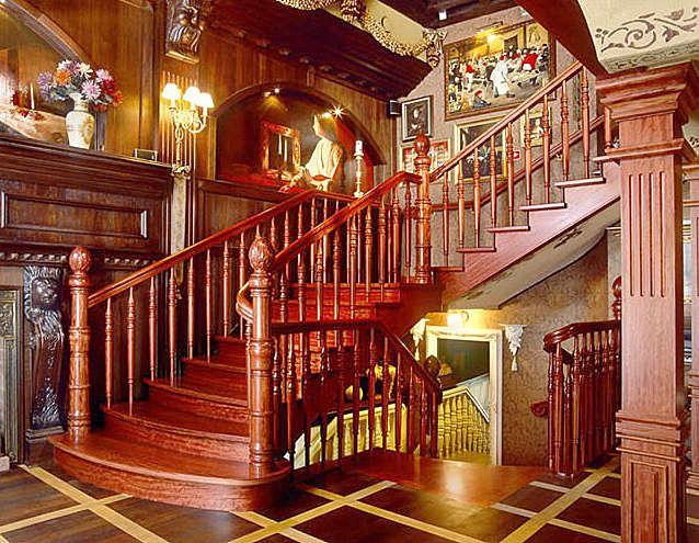 Escalera cl sica de madera lustrada con barandillas - Postes de madera ...