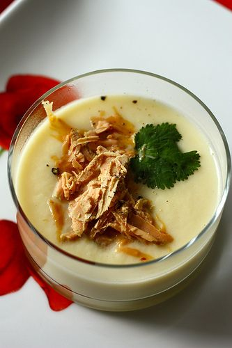 Velouté de céleri, copeaux de foie gras au Poivre Noir Sarawak  11 soupes recettes noel entree