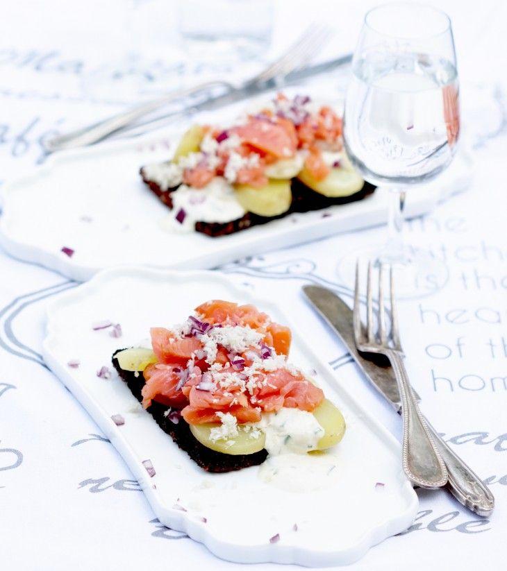 En mumsig och smakrik smörstekt laxsmörgås med pepparrotscreme