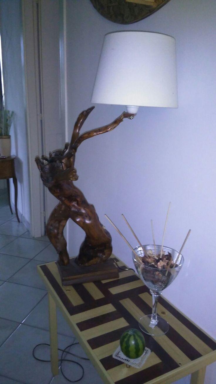 Lampada in radice di legno su tavolino