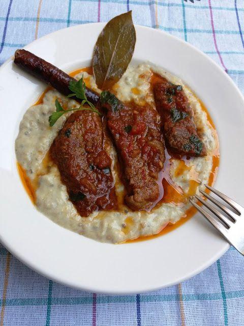 Χιουνκάρ μπεγιεντί  Χιουνκάρ μπεγιεντί  (τουρκ. hünkâr beğendi) ονομάζεται φαγητό της τούρκικης κουζίνας, το οποίο γίνεται με αρνίσιο ή μοσχαρίσιο κρέας και πουρέ από μελιτζάνες.