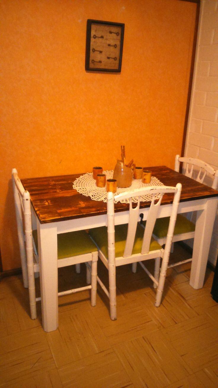 Mesa para cuatro personas estilo decapado sillas restauradas.