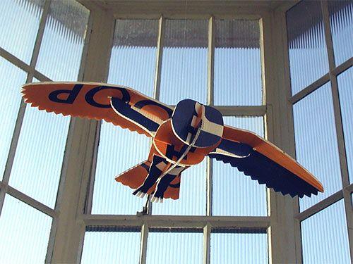 Przewalski Ontwerpers, Arnhem: Vogel: bouwplaat van een uil, gesneden uit een tweedehands makelaarsbord.