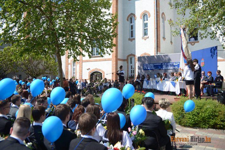 Matrózblúzos lányok, öltönyös fiúk és büszke hozzátartozók. Méltón búcsúztatták a végzős diákokat a Bajza József Gimnáziumban.