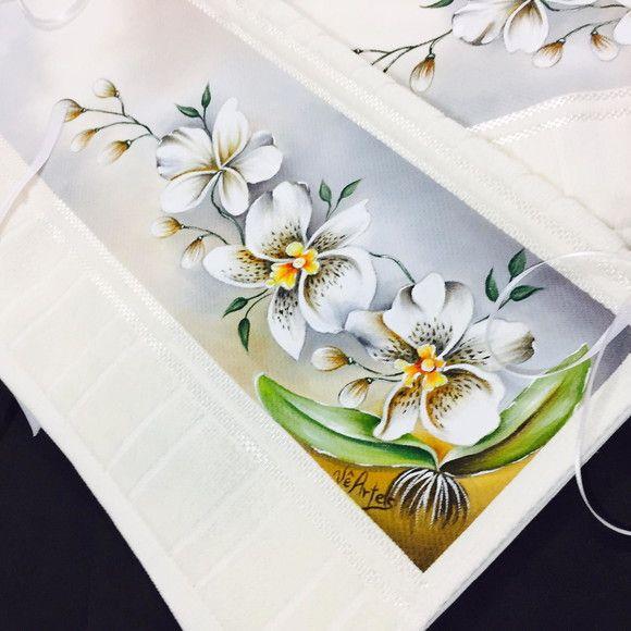 Kit contendo: uma toalha de banho (70cm x 1,4m), uma toalha de rosto (50cm x 80cm), um sabobete pintado a mao e sache para perfurmar. Feito sob encomendas. Prazos de entregas negociáveis. Também vendemos os itens separadamente Tema deste anuncio: Orquideas Escolha o seu desenho, pintamos o qu...