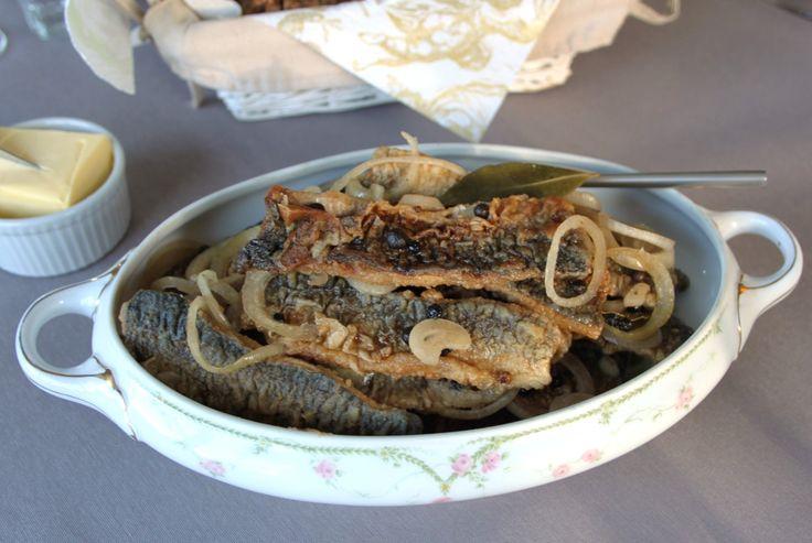 Stegte sild i eddike. En af mine absolutte fiskefavoritter på et frokostbord i efteråret og om vinteren. Men hvor er man tit blevet skuffet over færdigkøbte af slagsen. En vandet, ukrydret lage, de…