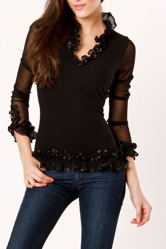 Blusa negra, transparencia y adornos