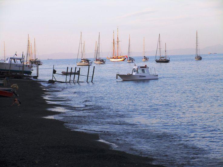 Lodě u černé pláže - ostrov Stromboli - Itálie