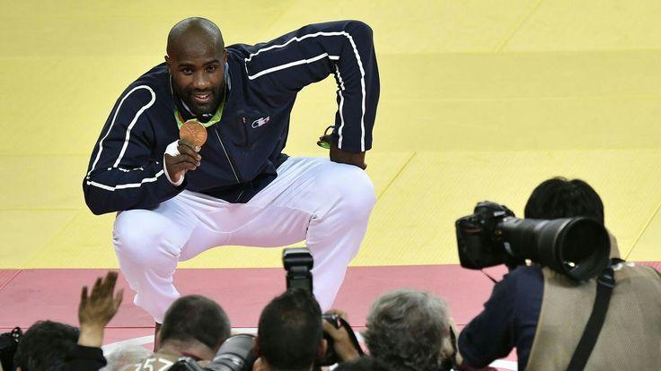""""""" Le judoka français Teddy Riner pose avec sa médaille d'or des + 100kg devant les journalistes aux JO de Rio, le 12 août 2016."""" http://www.lexpress.fr/actualite/sport/jo-2016-2-ors-3-argents-et-1-bronze-ou-en-est-la-france-a-rio_1819685.html"""