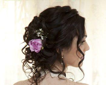 Acconciatura semplice raccolta per la sposa con fiore lilla, Parrucchiere e bellezza Roma (RM) - Marianna Zambenedetti Look Maker