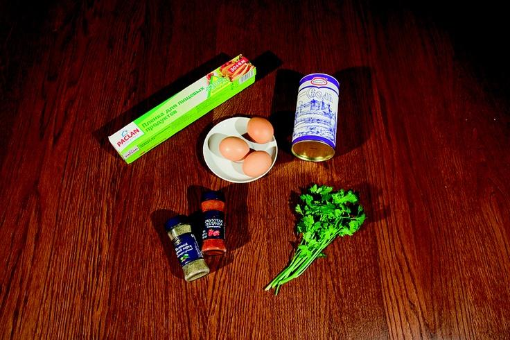 Для приготовления яичницы нам потребовались яйца, пищевая пленка, соль, специи, петрушка и морозильник.