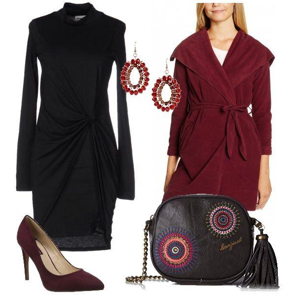 In questo abbigliamento i dettagli sono la borsa con la nappina di Desigual e i pendenti in vetro rosso. Il look è da sera. L'abito corto arricciato in vita è abbinato al cappotto e alle décolleté a spillo, entrambi bordeaux.