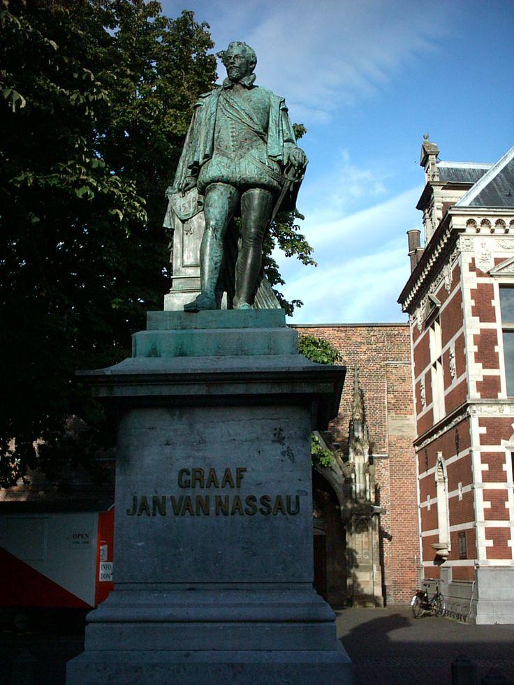 Graaf Jan van Nassau op het Domplein Het standbeeld van graaf Jan van Nassau, initiatiefnemer van de Unie van Utrecht, staat voor het Academiegebouw en werd in 1883 onthuld. Het beeld is een winnend ontwerp van Jean Theodore Stracké. Ter gelegenheid van de 400ste viering van de Unie van Utrecht in 1979 werd er op de sokkel een plaquette bevestigd vervaardigd door J.H.M. Noyons.