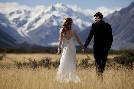 Hvad er et bryllup? Et bryllup er en ceremoni, der holdes enten som en kirkelig eller borgelig vielse. Det er her, at i som kærester sværger at tilbringe resten af jeres liv sammen som mand og kone. Når man gifter sig er det for at fejre jeres kærlighed til hinanden og det partnerskab i har …