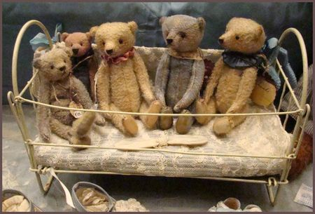 ♥♥♥ Now I have a idea to work from so my own teddy I had as a Baby and it's 4 Buddies will be moving into a new Space......Pretty idea for something that has traveled through 55 years of my Life SO FAR....:))