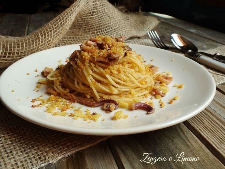 Gli spaghetti calamari e mollica croccante sono un primo piatto molto saporito reso ancora più invitante dal crumble aromatizzato con cui sono spolverizzati