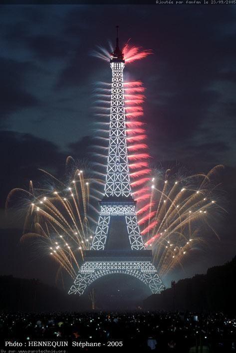 Feu d'artifice du 14 Juillet à Paris, tiré Place Jacques Rueff