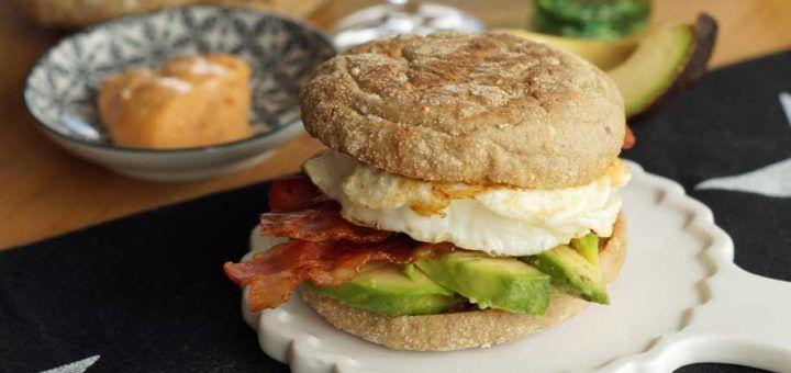 Breakfast Sandwich mit Avocado und Ei