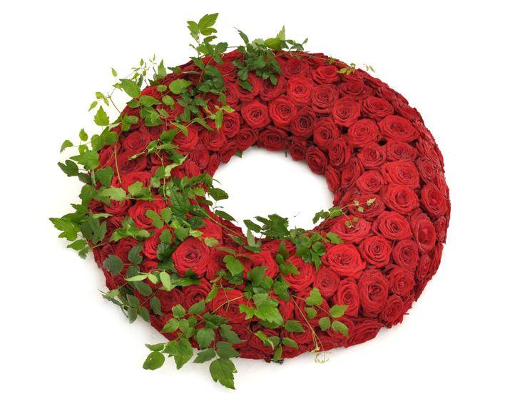 Kranz rote Rosen und Grün – Fötschl Blumen Wien – Gärtnerei Wien – Trauerflor… – Sandra Dilling