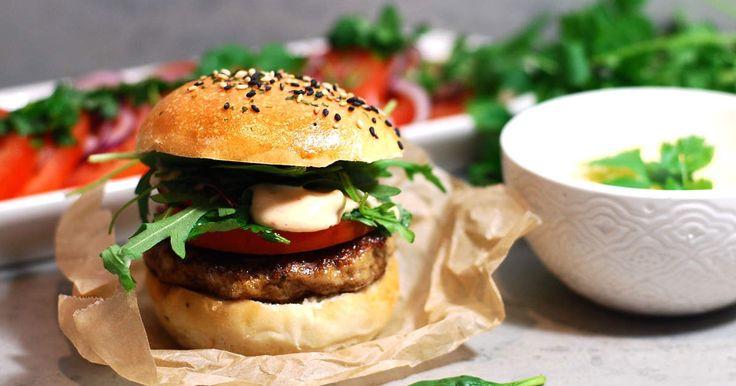 Sliders är lite mindre hamburgare. Perfekt att servera på buffén eller till minglet. De här miniburgare är på kycklingfärs med tomat, rödlök och persiljesallad, chilidressing och pommes frites på sötpotatis.