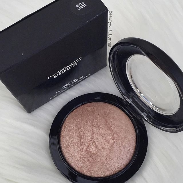 ✨ Frost Yourself ✨ .. I'm becoming highlighter obsessed! Right now I love this MAC highlighter that I picked up a few weeks ago. It's pigmented but can be subtle, along with a beautiful colour I'm sure it will suit a broad range of skin tones! .. @maccosmetics - Mineralize Skinfinish in Soft & Gentle