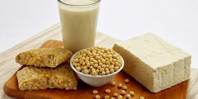 Alimentação pré-treino: Para a maioria das pessoas, realizar uma refeição sólida contendo proteínas e carboidratos 1h30m a 2h antes do treino já abastece o corpo de maneira adequada. Se você não consegue se alimentar neste tempo (por treinar logo de manhã), uma refeição líquida feita 30 minutos antes do treino também fará o serviço. Leia mais em: http://www.hipertrofia.org/blog/2015/07/24/alimentacao-pre-treino-o-que-comer-antes-do-treino/