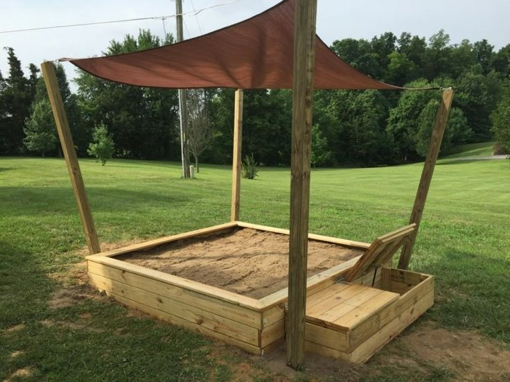 Praktische Sandkasten Idee mit Sonnenschutz, Spielzeugkasten und Sitzbank