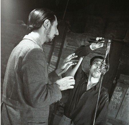 """Carlo Scarpa con il maestro vetraio Arturo Biasutto detto """"Boboli"""", Murano, 1943. Foto Archivio Storico Luce"""