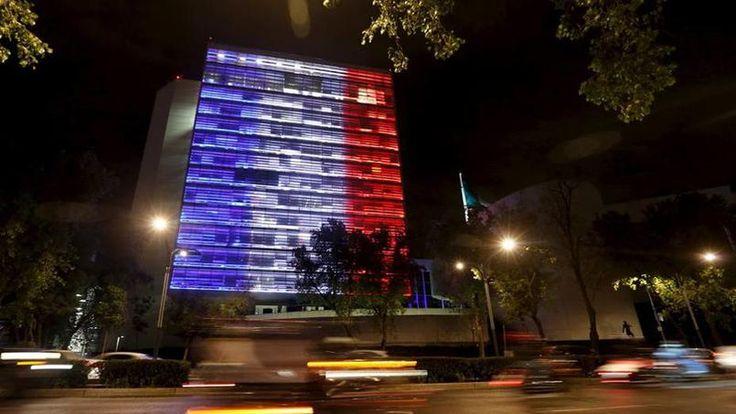 Le Sénat mexicain a lui aussi été illuminé de bleu, de blanc et de rouge, en référence au drapeau tricolore.