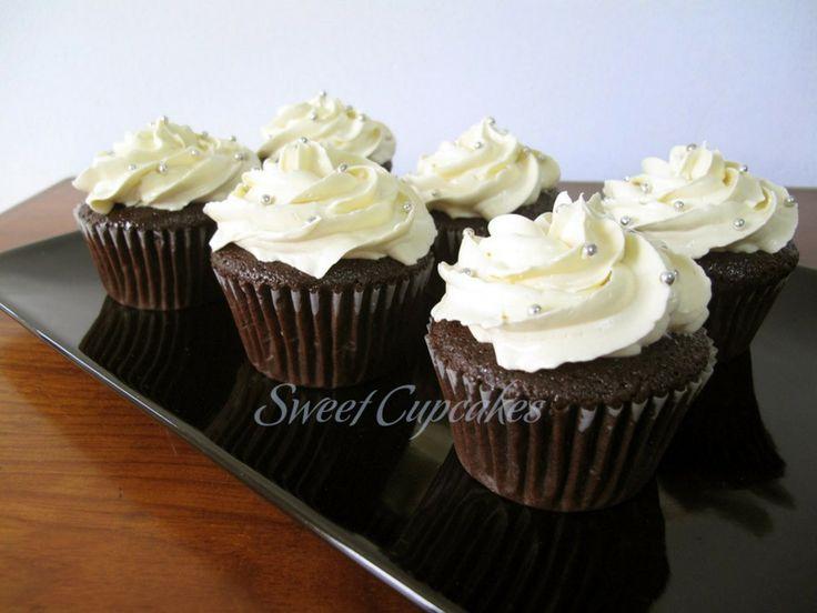 Cupcakes de chocolate con crema de mantequilla y grageas plateadas.    ♥ Ideales para matrimonios.    Copyright® Sweet Cupcakes