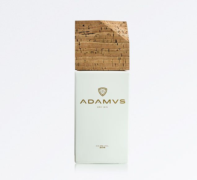 Único e inconfundível, o ADAMUS Dry Gin é feito a partir da casta baga da Bairrada do qual se obtém um destilado perfeito com 44,4% Alc. Uma bebida com carácter forte, capaz de nos transportar para momentos únicos.  É neste contexto, fruto da investigação e desenvolvimento da Destilaria Levira e também da sua paixão pela destilação e combinação de sabores e sensações, que nasce o ADAMUS DRY GIN.  O primeiro ano de produção do ADAMUS Dry Gin é 2015 e esta é uma série limitada de 4448…
