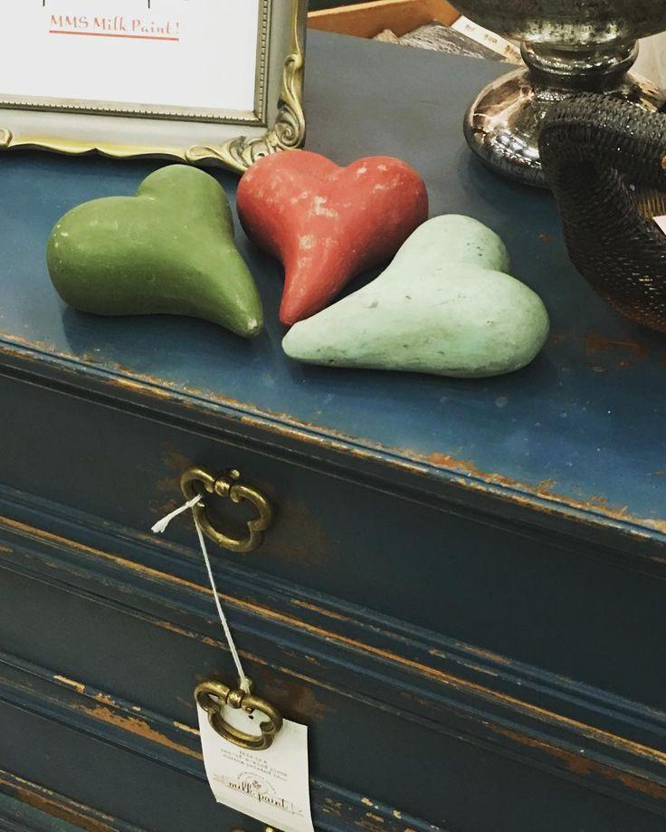 Flow Blue från MMS Milk Paint #måla#skattkammarbutiken#missmustardseedsmilkpaint#återbruka#genbrug#vintage#interiör#lovemmsmp#kalkfärg#shabbychic#målaom#inredning#mjölkfärg#interiör#inredning#vintagehome#lantligt#countryhome#doityourself#diy#roomforinspo#brocantechic#inspiration#rusty#instainspiration#antiquechic#frenchcountry#flowblue#lovemmsmp#betong#byrå