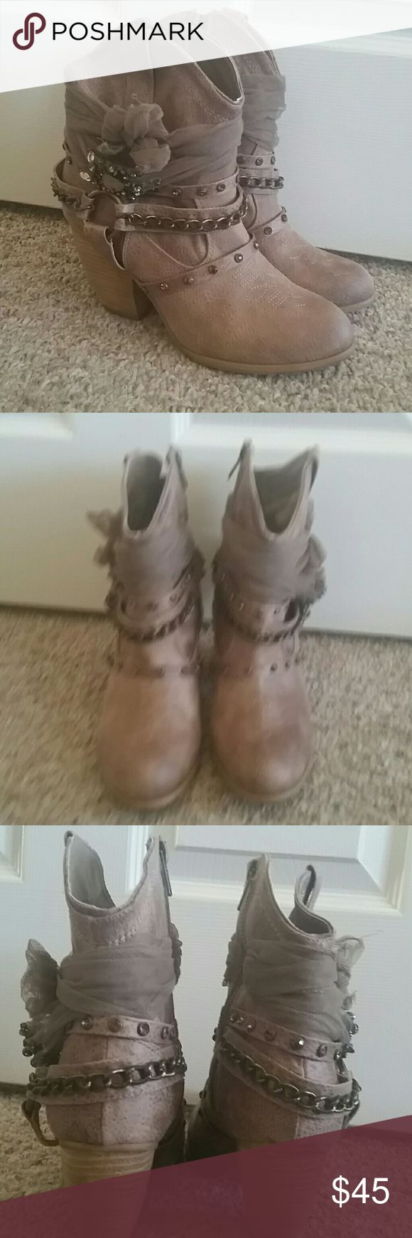 Not rated bling bow ankle boot size 9.5 new Not rated light brown rhinestone  chains and bows western ankle boot size 9.5 new wore 1x for less then 2 hours Not Rated Shoes Ankle Boots & Booties