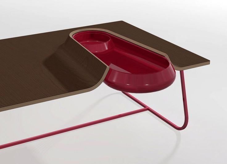 Struttura in acciaio verniciato, piano in multistrato impiallacciato curvato e contenitore in ceramica. Drop è un tavolino da caffè dalla semplice forma rettangolare il cui incontro con un contenitore in ceramica ne deforma il piano di appoggio. Disponibile in varie essenze e colori.