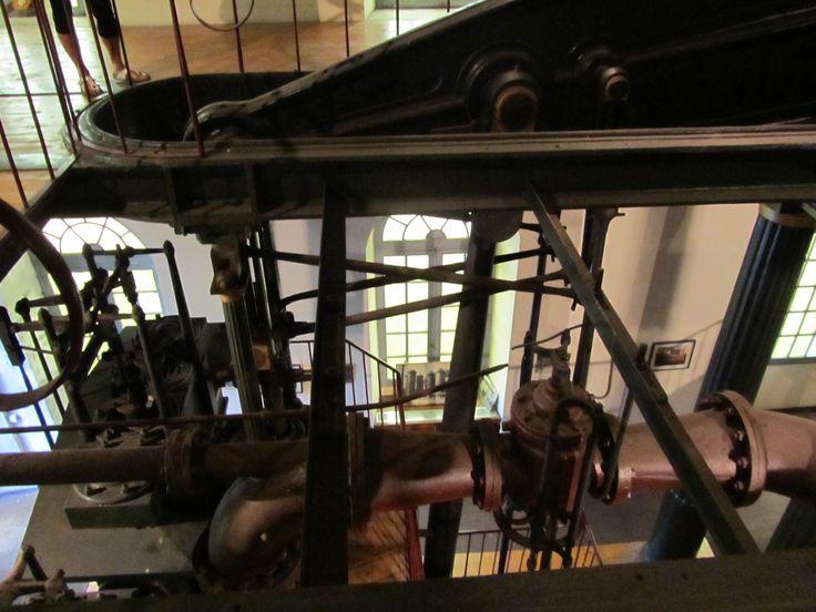 Canalisation d'arrivée d'air en premier plan, on devine en arrière plan le parallélogramme de Watt.